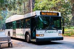公车运送穿梭游人在位于优胜美地国家公园的各种各样的兴趣点之间 库存照片