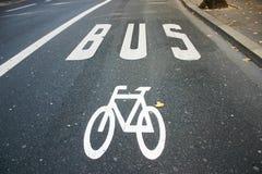 公车运送自行车道 库存照片