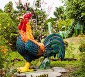 公鸡雕象在草坪 图库摄影