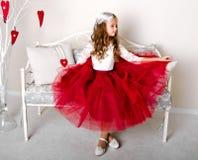 公主礼服的可爱的微笑的小女孩孩子 免版税图库摄影