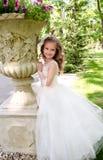 公主礼服的可爱的微笑的小女孩 免版税库存图片