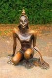 公主青蛙-一个铜雕塑在市Svetlogorsk 库存图片