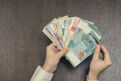 六东南亚货币钞票在女性手上 开户和旅行概念 免版税库存照片