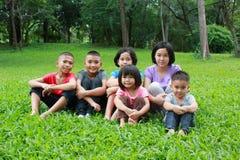 六个亚洲孩子有好时光在公园 库存图片
