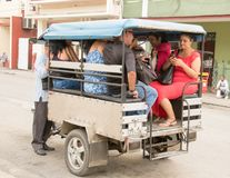 六个人加冠入小摩托车驾驶的出租汽车 图库摄影