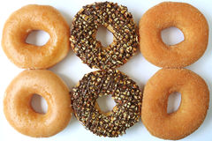 六个多福饼顶视图,两糖给了上釉,两与坚果的巧克力和两桂香糖 免版税库存照片