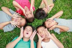 六个孩子有好时间在公园, 库存图片