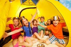 六个孩子获得乐趣在帐篷 免版税图库摄影