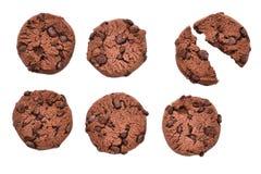 六个曲奇饼用在被隔绝的背景的巧克力 残破的曲奇饼 库存照片