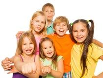 六个笑的孩子画象一起 免版税库存照片