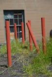 六个红色管子在一个大厦外面在波特兰,俄勒冈 库存照片