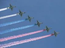 六个航空器Su25生产了一股美丽的烟 免版税库存照片