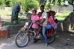 六口之家在一辆滑行车在农村Robillard,海地 免版税库存图片