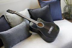 六把被串起的声学吉他 免版税库存图片
