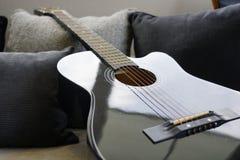 六把被串起的声学吉他 库存图片