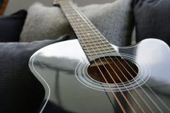 六把被串起的声学吉他 库存照片