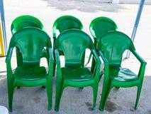 六把绿色塑料椅子 图库摄影