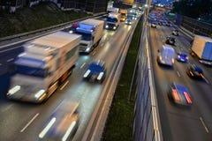 六条车道受控通入高速公路在波兰在夜之前 免版税库存图片