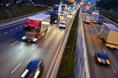 六条车道受控通入高速公路在波兰在夜之前 库存图片