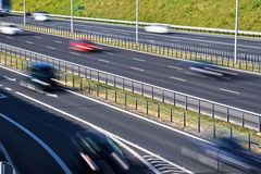 六条车道受控通入高速公路在波兰 库存图片