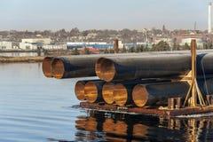 六英尺直径发光在早晨阳光下的金属管子 免版税库存照片