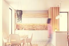 六角形样式木厨房,被定调子的桌 免版税库存照片