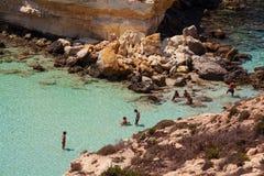 兰佩杜萨,Spiaggia dei conigli最著名的海地方的看法  免版税库存图片