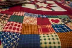 兰卡斯特,美国- 2018年4月, 18日:关闭样式,有悦目色彩设计的自创毯子被制造的 免版税库存照片