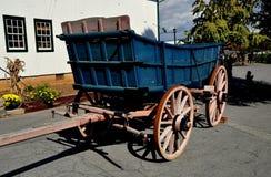 兰卡斯特, PA :葡萄酒门诺派中的严紧派的农厂无盖货车 免版税库存图片