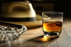 兰姆酒的Glas在一个酒吧的在古巴 免版税图库摄影
