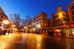 兰布拉夜视图在巴塞罗那 库存图片