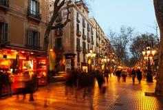 兰布拉晚上视图在巴塞罗那, Spai 免版税库存图片