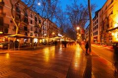 兰布拉晚上视图在巴塞罗那 库存图片