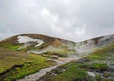 兰德曼纳劳卡风景:迷人的地质奇迹,在冰岛的高地的一片地热绿洲,围拢由五颜六色 免版税库存图片