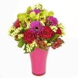 兰花、在白色查出的花瓶的玫瑰和大丁草花束  免版税库存照片