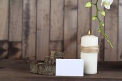 兰花和蜡烛在木背景 库存图片