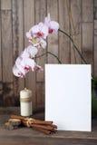 兰花和蜡烛在木背景 免版税库存图片
