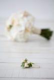 兰花和钮扣眼上插的花婚礼花束在白色背景 库存照片