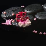 兰花在禅宗石头的cambria花温泉设置与下落 免版税库存图片