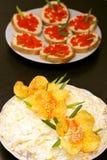 兰花沙拉和三明治用红色鱼子酱 免版税库存图片