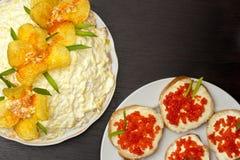 兰花沙拉和三明治用红色鱼子酱 库存照片