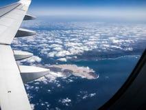 兰萨罗特岛和la Graciosa从平面窗口的海岛视图 免版税库存照片