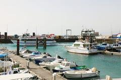 兰萨罗特岛,西班牙- 2018年4月18日:有轮渡和船的,兰萨罗特岛,加那利群岛,西班牙Muelle de Playa Blanca港口 库存图片