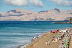 兰萨罗特岛,金丝雀ISLANDS/SPAIN - 7月30日:放松在a的人们 免版税库存图片