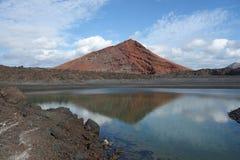 兰萨罗特岛-蒙大拿与盐水湖的Bermeja前面的 库存照片