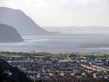 兰迪德诺有爱尔兰海的镇在距离的全景和小山 免版税库存照片