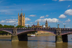 兰贝斯桥梁、威斯敏斯特和游览车在夏天 免版税图库摄影