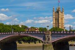 兰贝斯桥梁、威斯敏斯特和游览车在夏天 库存照片