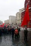 共产主义者在准备的生日斯大林前进到克里姆林宫墙壁大墓地 库存照片
