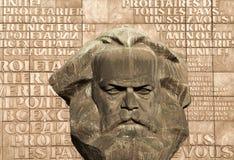 共产主义/社会主义卡尔・马克思雕象在开姆尼茨 免版税图库摄影